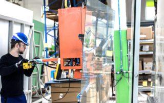 Produkcja luster przenoszenie tafli szkła