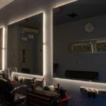 Salon fryzjerski wyposażony w lustra LED.