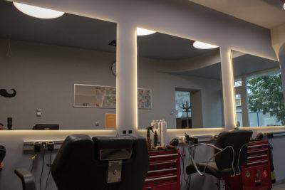 Lustro do salonu fryzjerskiego z oświetleniem i logo.